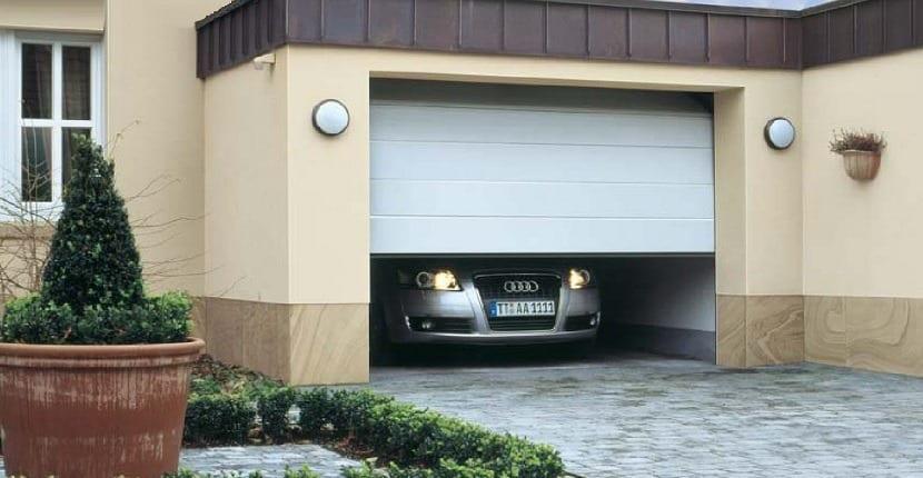 puerta de garaje dotada de cerradura electrónica