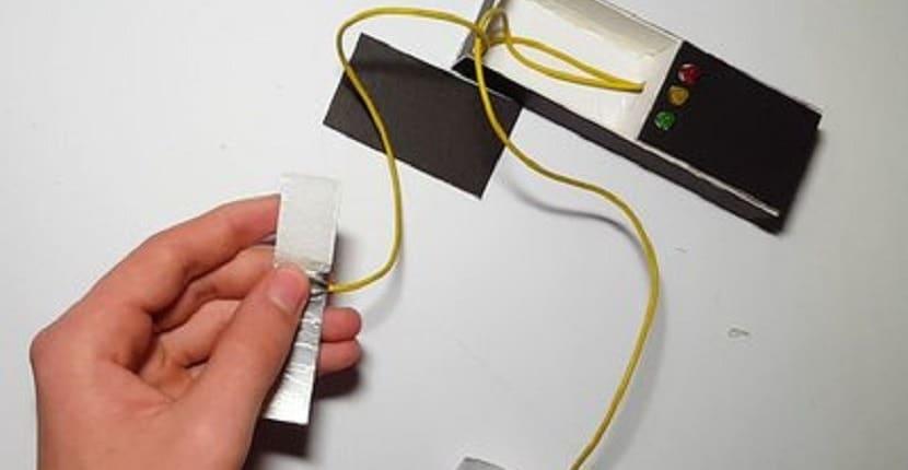 conexión de los cables al velcro de los dedos