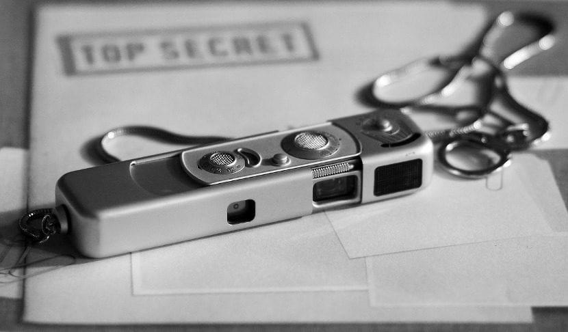 imagen de una cámara espía con documentos secretos