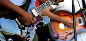 Guitarrista tocando con Amplificador