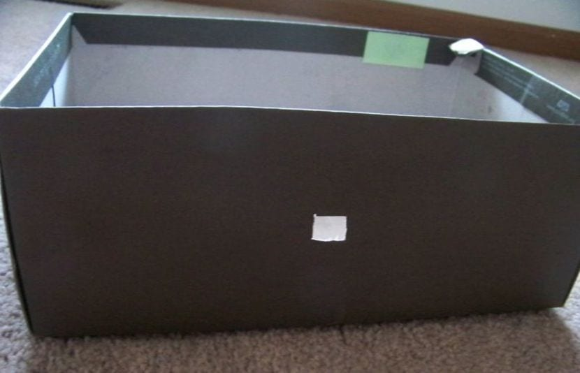 Caja de cartón con agujero para poner chapa