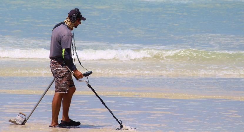 detector de metales en la playa