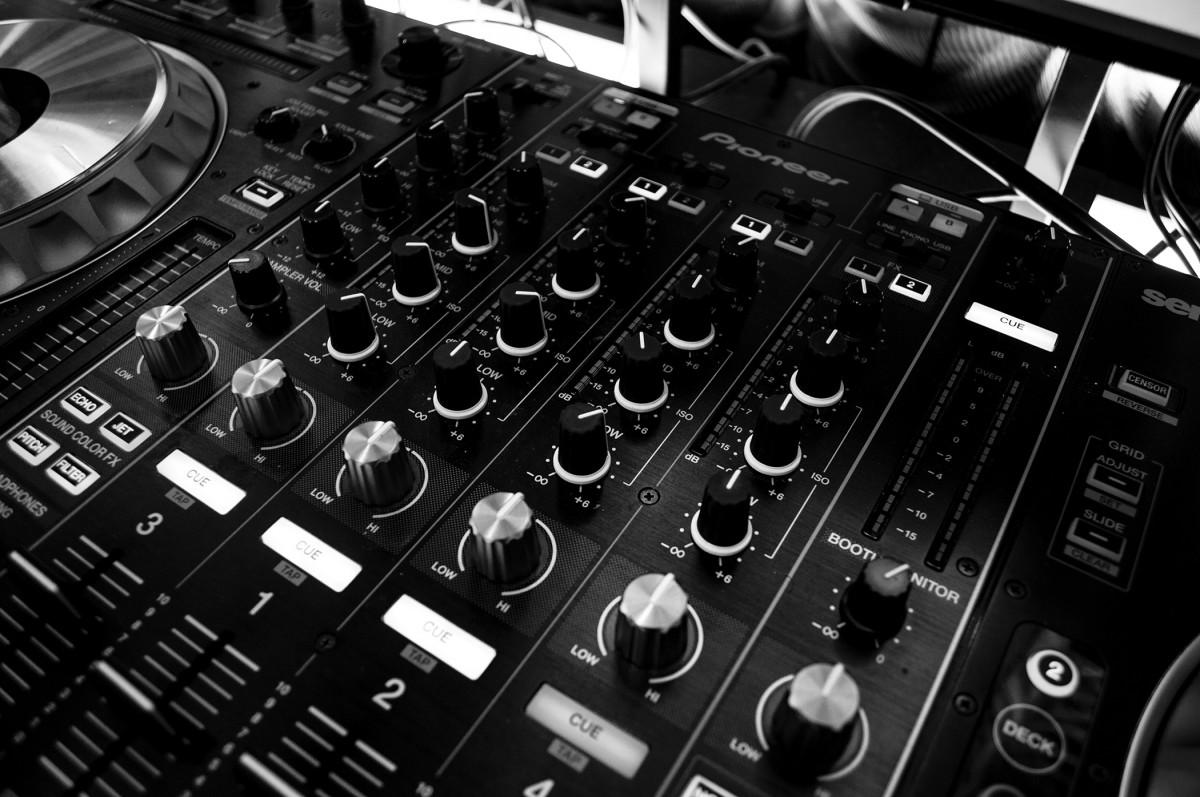mesa de DJ, o mesa de mezclas